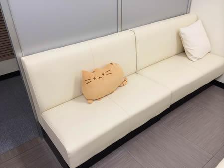 池袋皮膚科ゆうスキンクリニック待合椅子